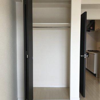 小さな棚なら置けそうなスペースがあります※写真は11階の反転間取り別部屋のものです