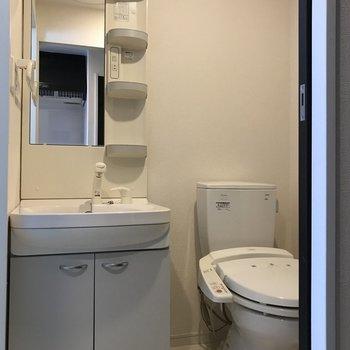 白くて清潔感のある洗面台※写真は11階の反転間取り別部屋のものです