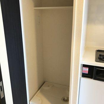 キッチンの隣に洗濯機置場があります※写真は11階の反転間取り別部屋のものです