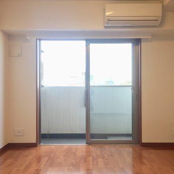 【DK】窓際にテーブルを置いて、※写真は8階の同間取り別部屋のものです