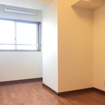 【洋室5.7帖】窓からはぽかぽかとあたたかい日差しが。※写真は8階の同間取り別部屋のものです