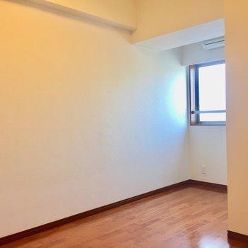 【洋室5.7帖】少し奥まっているのがポイント。落ち着いて作業できそうです。※写真は8階の同間取り別部屋のものです