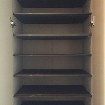 シューズボックスも収納力たっぷりあります。※写真は8階の同間取り別部屋のものです
