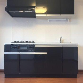 【DK】キッチン両サイドどちらにも冷蔵庫置けちゃいます。※写真は8階の同間取り別部屋のものです
