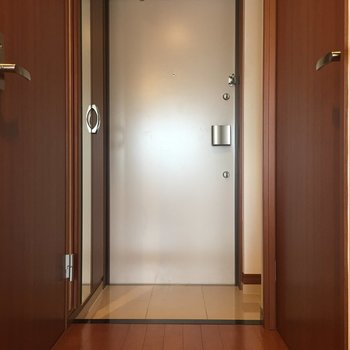 玄関も渋い木調でかわいらしい……古道具屋で買った家具が合いそうなお部屋。※写真は8階の同間取り別部屋のものです