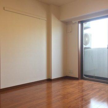 【DK】ピクチャーレールにはお気に入りの絵を飾ろうかな。※写真は8階の同間取り別部屋のものです