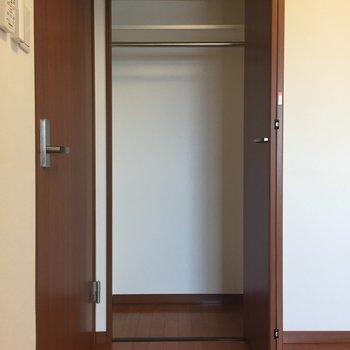 【洋室5.7帖】右側は上に棚もついたクローゼット。※写真は8階の同間取り別部屋のものです