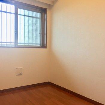【洋室4.4帖】こちらの窓の外は共用部です。※写真は8階の同間取り別部屋のものです
