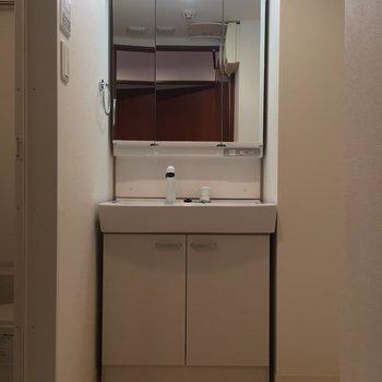 しっかり独立洗面台もあります。※写真は8階の同間取り別部屋のものです
