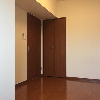 【洋室5.7帖】ちょこんとブラウン兄弟。※写真は8階の同間取り別部屋のものです