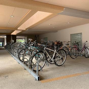 自転車置き場は屋根のある作り。