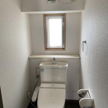 【工事前】トイレは既存利用で。床のクロスは新しくなり、木製のオリジナルペーパーホルダーとタオル掛けがつきますよ!