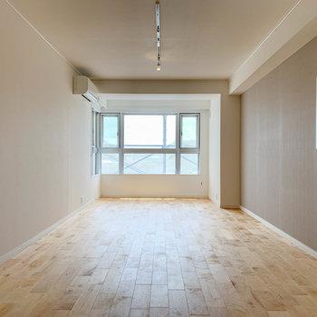 バーチの無垢床ってこんな感じ。ごろごろっと端まで転がりたい…。※写真は反転間取り、別部屋のもの
