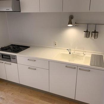 作業スペースも広く使い勝手のいいキッチン。この白いキッチン、惹かれちゃいますね。※写真は反転間取り、別部屋のもの