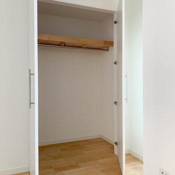 押し入れだった収納は大容量のクローゼットに。※写真は反転間取り別部屋のもの