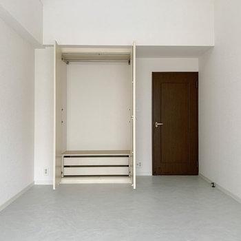 大きなクローゼットは既存のものを。※写真は反転間取り、別部屋のもの