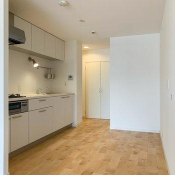 ゆったりしたキッチン周り。※写真は反転間取り、別部屋のもの
