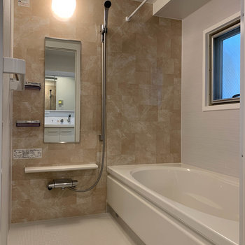 お風呂はまるっと新しいものに交換。広くのびのびと入れますよ。※写真は反転間取り、別部屋のもの