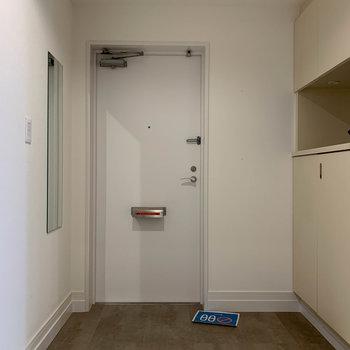 玄関は土間仕様でスッキリと。2人一緒に靴が履けそうなくらい広いです。※写真は反転間取り、別部屋のもの