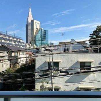 眺望は通り向かいの建物と大空。