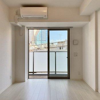 【LDK】東向きの窓から爽やかな陽射しが入ります。