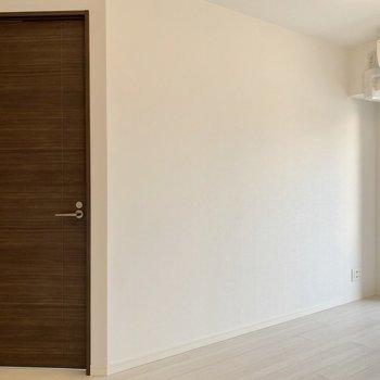 【LDK】斜めに位置するドアは洋室に続いています。