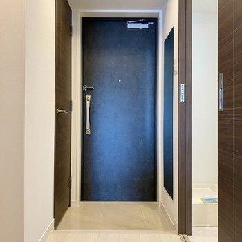 玄関。チャコールグレーのドアがアクセント。