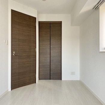 【洋室】寝室にちょうどよい広さですね。