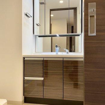 鏡が大きな洗面台。