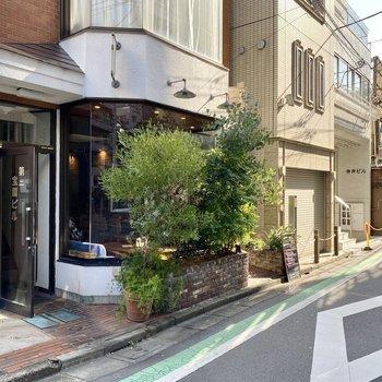 道中にある飲食店。おしゃれな町並みが続きます。
