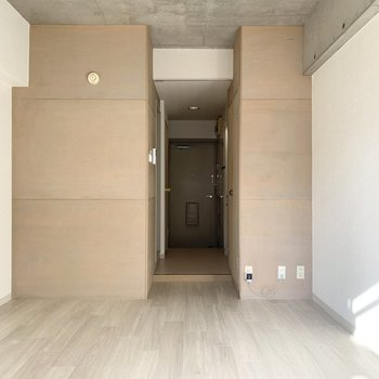 天井はコンクリート打放し、北側は木材現しのちょっと個性的な内装です。
