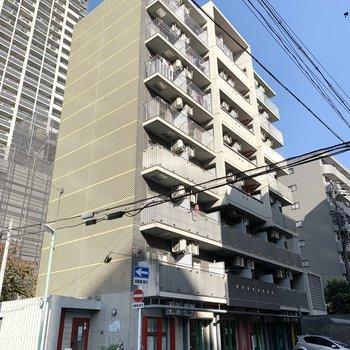 駅から3分、デザイン性のある外観の8階建て鉄筋コンクリートマンションです。
