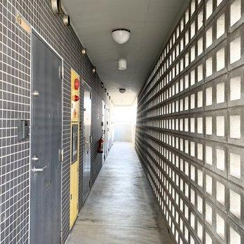 穴あきブロックが素敵な共用廊下。