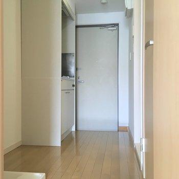 キッチンスペース。ゆったりめ。※写真は2階の同間取り別部屋のものです