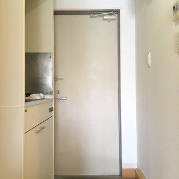 玄関にはシューズボックスがついてます。※写真は2階の同間取り別部屋のものです