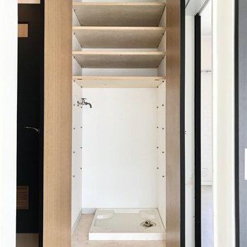 洗濯機置き場は廊下に。扉付きで清潔感も隠せます◯(※写真は清掃前のものです)