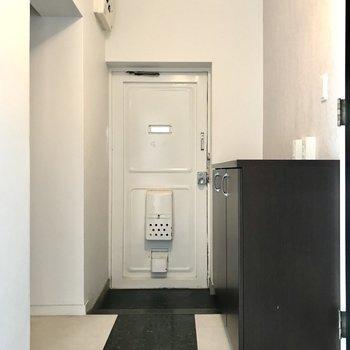レトロホワイトな玄関扉がお気に入り(※写真は清掃前のものです)