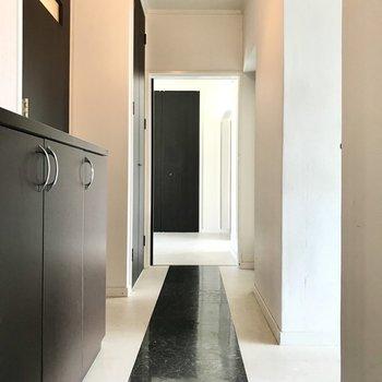 おじゃまします。廊下の黒いクロスがレッドカーペットみたい!(※写真は清掃前のものです)