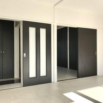 扉はマットな黒で統一されていました。右の扉の先は洋室です(※写真は清掃前のものです)
