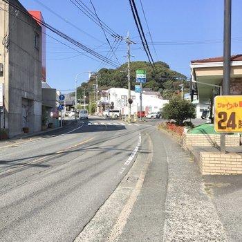 大通りにはファミレスやコンビニ。穏やかなで便利な町だなぁ