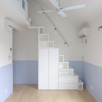 階段は収納になっています。それではロフトへ!(※写真は2階の反転間取り別部屋のものです)