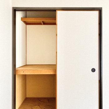 【洋室約6帖】3段に分けて収納ができます。※写真は1階の同間取り別部屋のものです