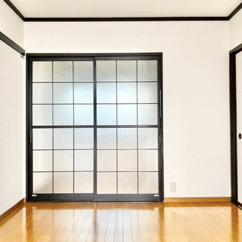 【洋室約6帖】格子の引き戸が可愛らしい。※写真は1階の同間取り別部屋のものです
