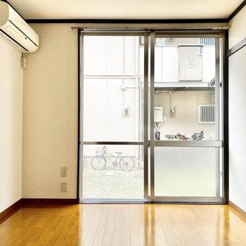 【洋室約6帖】風通しの良い空間です。※写真は1階の同間取り別部屋のものです