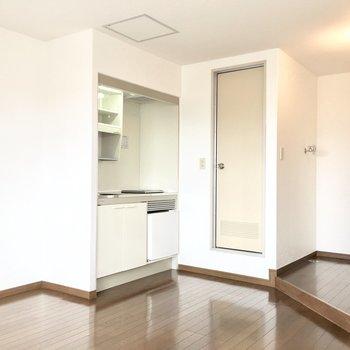 キッチンにはミニ冷蔵庫付きです◎(※写真は4階の同間取り別部屋のものです)