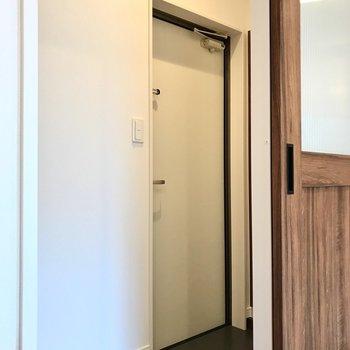 玄関はふつうサイズ。ディンプルキー&ダブルロック◯