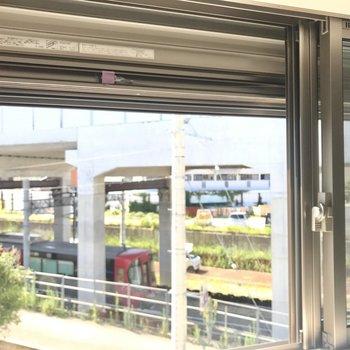 こちらはリビングの窓から。電車がちらり◯実はシャッター付きの窓ですよ!