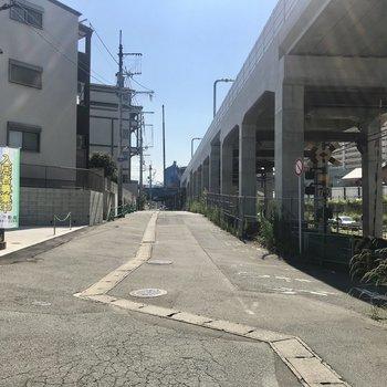 駅まではこの道をまっすぐ進みましょう