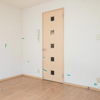 背の低い家具やインテリアを選ぶと圧迫感なく、生活できそうです。※写真はクリーニング前のものです