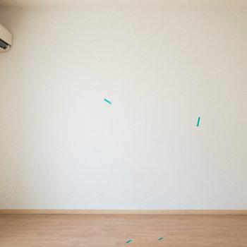壁に沿ってベッドや机などを置くと良さそうですね。※写真はクリーニング前のものです